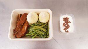 Schweinerippe mit Bratensauce, Kartoffelklößen & Bohnengemüse