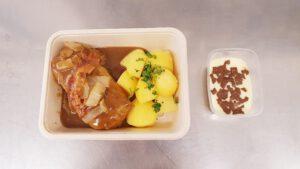 Hausgemachte Kohlroulade mit Sauce & Kartoffeln