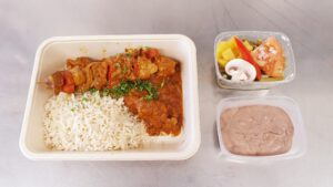 Schaschlik Spieß in pikanter Sauce mit Reis & Salat