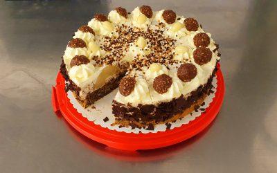 Rocher-Torte mit Nußboden und Birnen