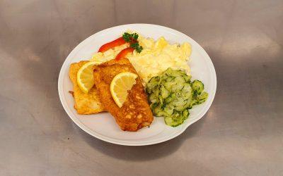 Fischfilet in Backteig mit selbstgem. Kartoffelsalat & Dillgurkensalat