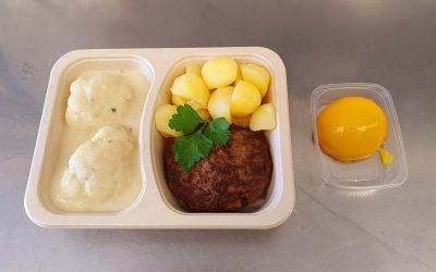 Hausgemachte Frikadelle mit Rahmblumenkohl & Kartoffeln